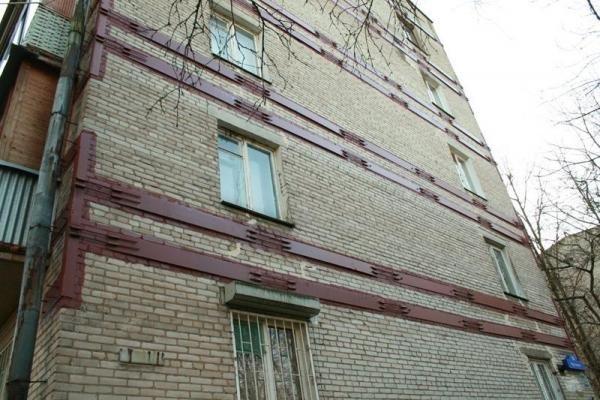 если в результате проседания фундамента по зданию пошла трещина, то сохранить здание от разрушения можно обвязав его металлическим поясом