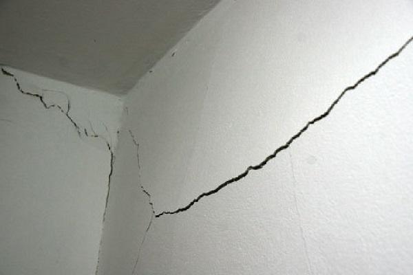 Некачественные материалы применяемые при оштукатуривании стен приводят к трещинам