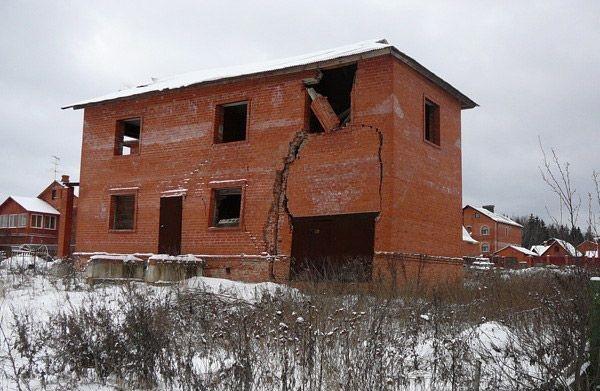 из-за неправильно сделанного фундамента дом стал не пригоден для проживания